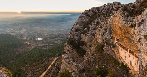 1200px-Ermita_de_la_Virgen_de_la_Peña,_LIC_Sierras_de_Santo_Domingo_y_Caballera,_Aniés,_Huesca,_España,_2015-01-06,_DD_08-09_PAN
